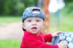 户外10个月的可爱的男婴年龄画象  免版税库存图片