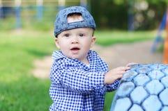 户外10个月的男婴年龄画象  免版税库存图片
