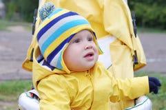 户外婴儿车的可爱的婴孩 免版税库存图片