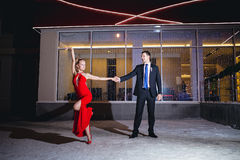 户外年轻夫妇跳舞探戈 免版税库存图片
