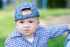 户外滑稽的男婴画象  免版税图库摄影