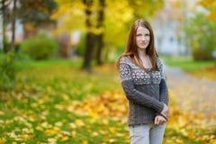 户外年轻美丽的妇女画象 图库摄影