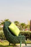 户外绿色柳条扶手椅子 库存照片