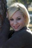 户外1个美丽的金发碧眼的女人 免版税库存图片