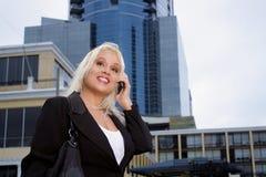 户外1名美丽的女实业家 免版税库存图片