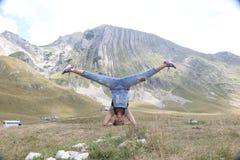户外mudra摆在实践的女子瑜伽 免版税库存照片