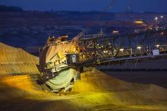 戽头转轮挖土机在晚上 免版税库存照片