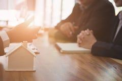 房地产开发商开与顾客的一次会谈 销售&购买 免版税图库摄影