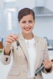 房地产开发商提供的房子钥匙 免版税图库摄影