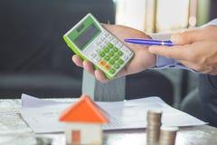 房地产开发商移交的房子钥匙,房地产概念, Ho 免版税库存照片