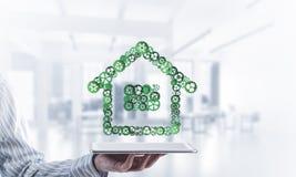房地产或建筑想法由在桌上的家庭象提出了 免版税库存图片