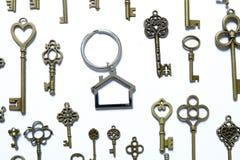 房地产或物产题材 安置形状钥匙链以钥匙品种在白色背景的 免版税库存照片