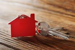 房地产概念,与房子标志木backgtound的红色keychain 库存图片