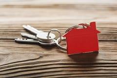房地产概念,与房子标志木backgtound的红色keychain 免版税图库摄影