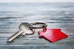 房地产概念,钥匙圈和钥匙在木背景 免版税库存图片