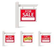 房地产签字,有一个领域的红色板材关于杆的笔记的 免版税库存图片