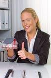 房地产经纪人在她的办公室 免版税库存照片