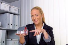 房地产经纪人在她的办公室 图库摄影