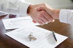 房地产经纪商与他的顾客握手 库存图片