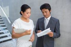 房地产经纪商对顾客和微笑的陈列租约 免版税图库摄影