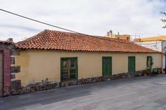 房子两个门面有典型的加那利群岛建筑学的 库存照片