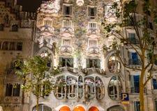 房子住处Battlo的门面的夜视图在巴塞罗那,西班牙 免版税库存图片
