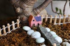 房子光亮的小的星期日冬天 免版税库存图片