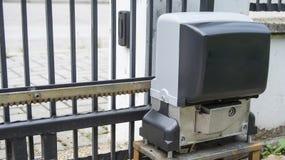 房子入口门的引擎开启者在遥控 免版税库存照片