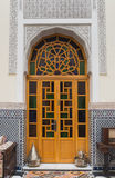 房子内部阿拉伯样式的与木门 免版税库存照片