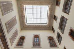 房子内部阿拉伯样式的有清楚的屋顶上面 免版税库存图片