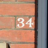 房子号码34被绘的标志 库存照片