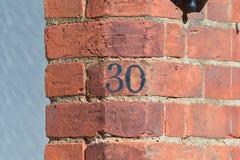 房子号码30被绘的标志 免版税库存照片