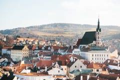 房子和圣Vitus教会的城市视图在捷克克鲁姆洛夫在捷克 教会是一个  免版税库存照片