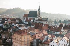 房子和圣Vitus教会的城市视图在捷克克鲁姆洛夫在捷克 教会是一个  图库摄影