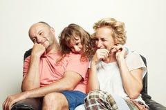 房子图象JPG向量 家庭photoshoot 3个照相机长沙发系列女孩查找关于坐的母亲橙色纵向他们那里 免版税图库摄影