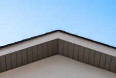 房子在清楚的天空的屋顶边缘上面  免版税图库摄影