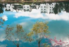 房子在湖反射 免版税库存图片