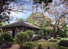 房子在美丽的庭院里 库存照片