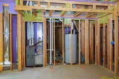 房子墙壁的框架,委员会和木材,窗口,从里面的一个灰色蒸气障碍, 库存图片
