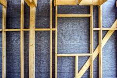 房子墙壁的框架,委员会和木材,窗口,从里面的蒸气障碍 免版税库存照片