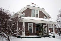 房子多雪的冬天 免版税库存图片
