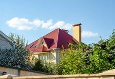 房子天空自然的红色屋顶 免版税库存图片