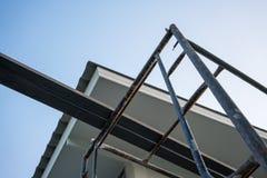 房子屋顶和天花板的整修有天空背景 免版税库存图片