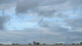 房子屋顶和移动灰色云彩两层数  黑暗的旋风漩涡开始  充分的HD时间间隔英尺长度 股票视频