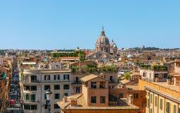 房子屋顶的看法和通过Condotti在从T的罗马市 库存照片