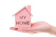房子微型模型在手上的 库存图片