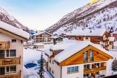 房子或旅馆游人的能来演奏滑雪在雪山 库存图片