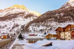 房子或旅馆游人的能来演奏滑雪在雪山 免版税库存照片
