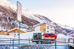 房子或旅馆游人的能来演奏滑雪在雪山gornergrat,策马特山,瑞士 这张图片我 库存照片