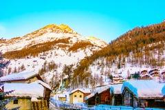 房子或旅馆游人的能来演奏滑雪在雪山gornergrat,策马特山,瑞士 这张图片我 免版税库存照片